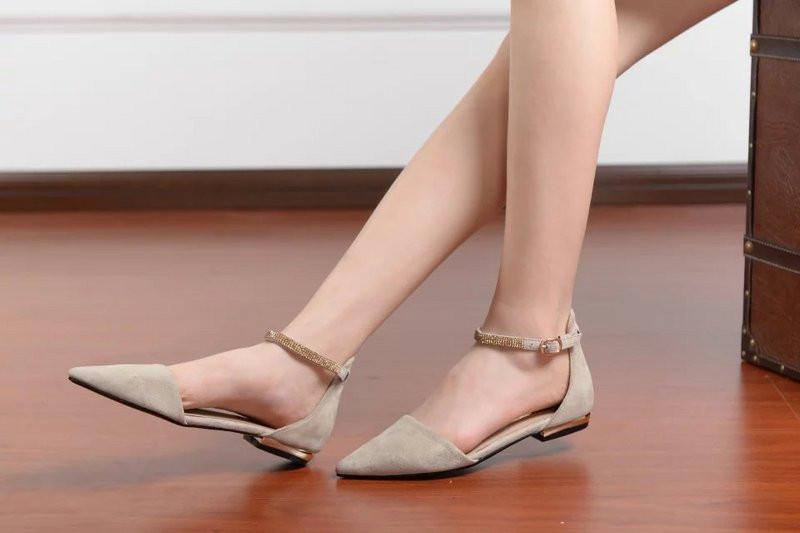 Những đôi giày đế bệt mang gam màu trung tính đều là những lựa chọn tuyệt vời để bạn diện đến công sở