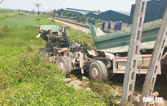 Tàu hỏa húc xe tải băng qua đường ngang, tài xế chết trong cabin - Ảnh 1