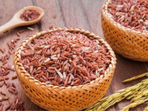 Một nhóm người còn cho rằng chỉ cần theo phương pháp thực dưỡng - ăn gạo lứt muối mè, canh dưỡng sinh, nấm, dùng nước tương thì có thể chữa ung thư