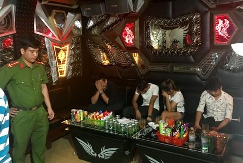 55 người mở tiệc ma tuý trong quán karaoke - Ảnh 1
