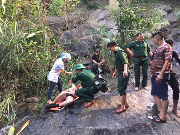 Cứu hộ du khách Anh tắm thác trên đèo Hải Vân chấn thương nặng - Ảnh 1