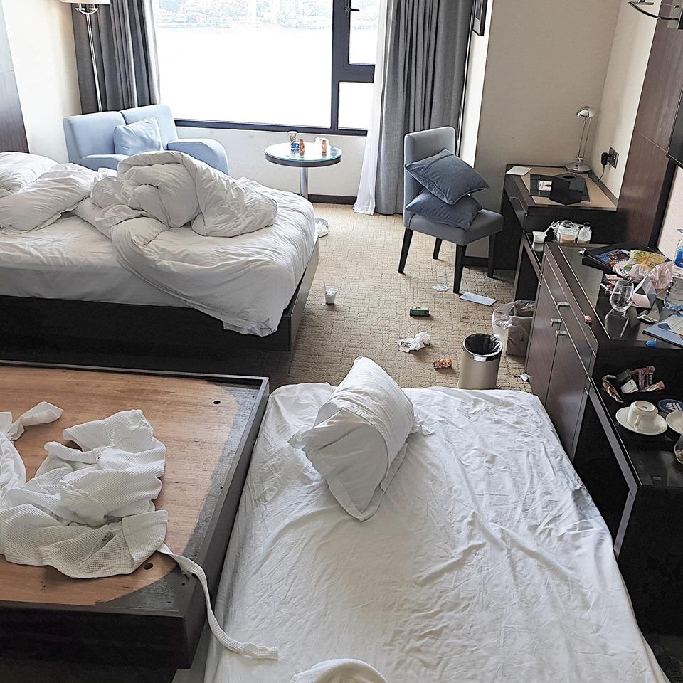 Nỗi ám ảnh mùa du lịch: Choáng trước cảnh du khách bày bừa phòng khách sạn 'như bãi chiến trường' - Ảnh 1