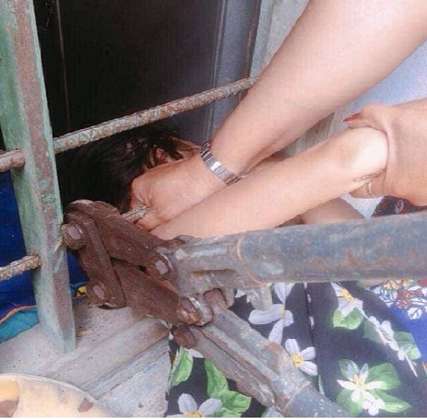 Lỡ dại chui đầu qua song sắt, cô bé mếu máo khiến người lớn phải dùng 'biện pháp mạnh' - Ảnh 2