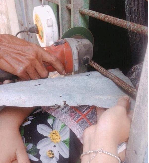 Lỡ dại chui đầu qua song sắt, cô bé mếu máo khiến người lớn phải dùng 'biện pháp mạnh' - Ảnh 3
