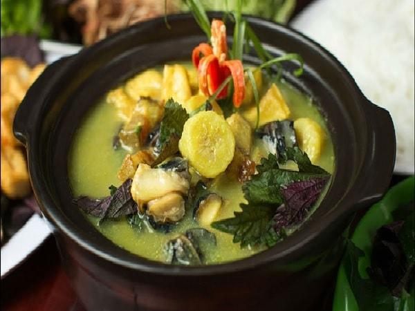 Ốc om chuối đậu được chế biến đơn giản mà ấm lòng là gợi ý hay cho bữa ăn ngày mưa bão