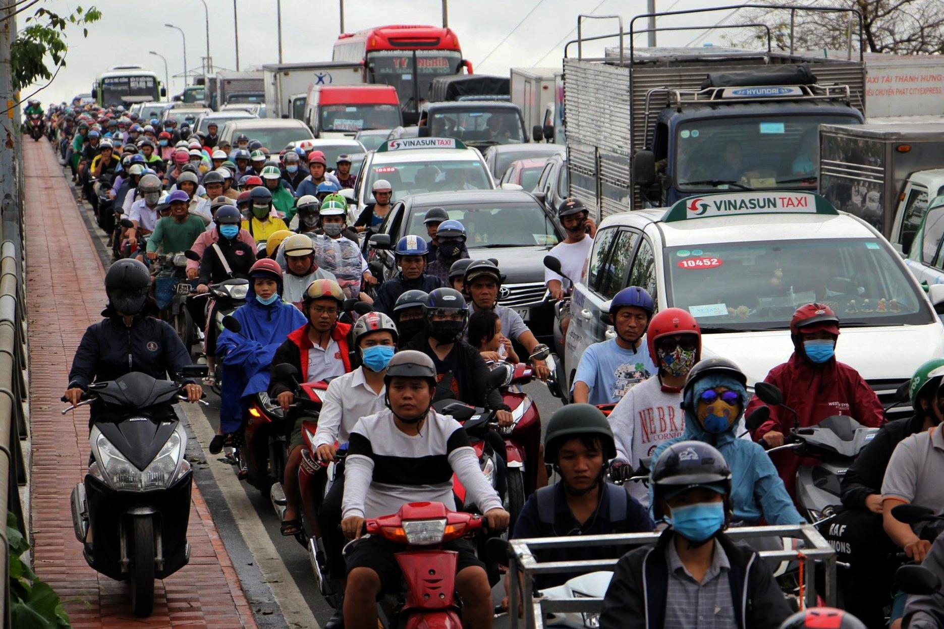 Sau một đêm tơi tả trong bão lịch sử, người Sài Gòn tiếp tục thở không ra hơi vì ngập nước kẹt xe nhiều giờ - Ảnh 1