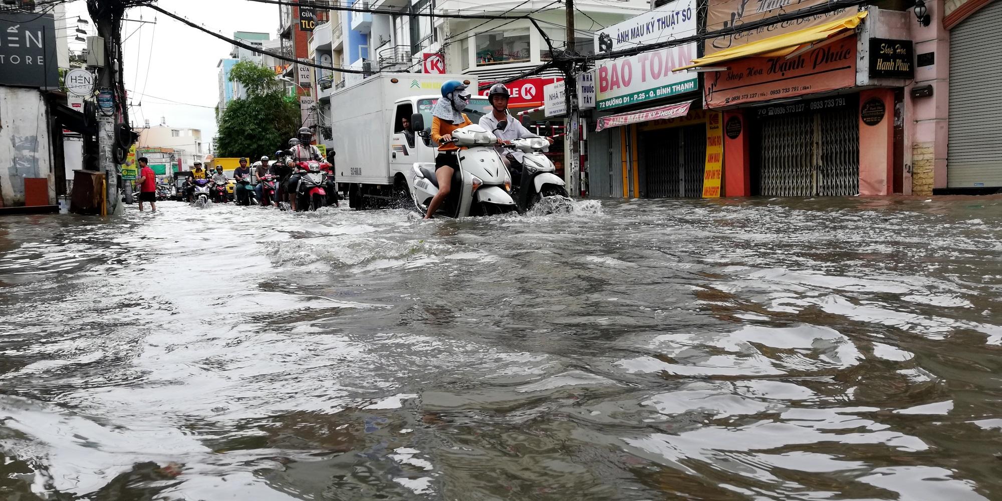 Sau một đêm tơi tả trong bão lịch sử, người Sài Gòn tiếp tục thở không ra hơi vì ngập nước kẹt xe nhiều giờ - Ảnh 10
