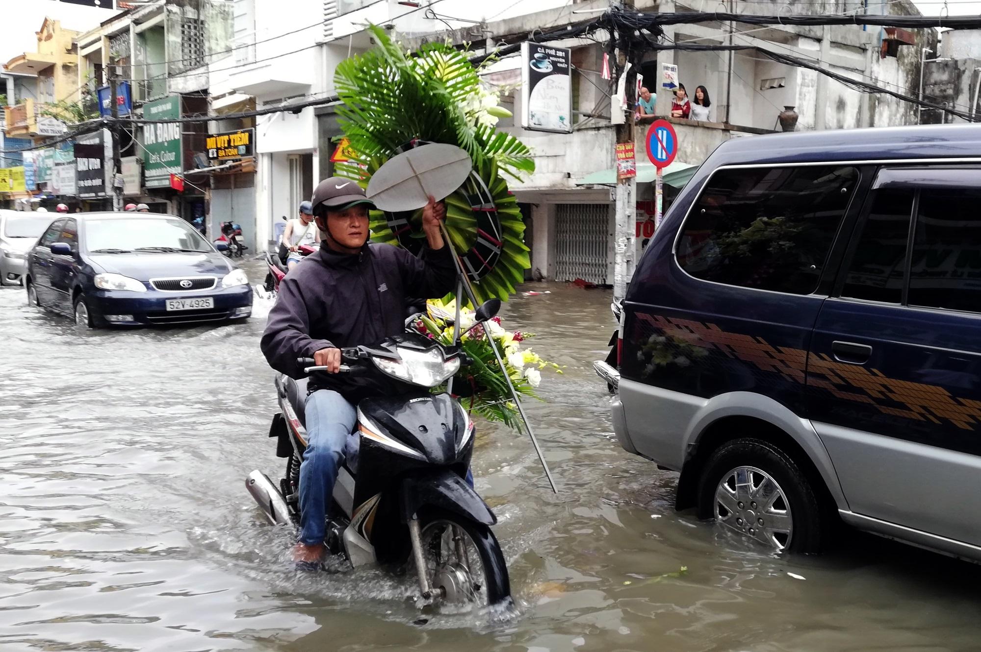 Sau một đêm tơi tả trong bão lịch sử, người Sài Gòn tiếp tục thở không ra hơi vì ngập nước kẹt xe nhiều giờ - Ảnh 13