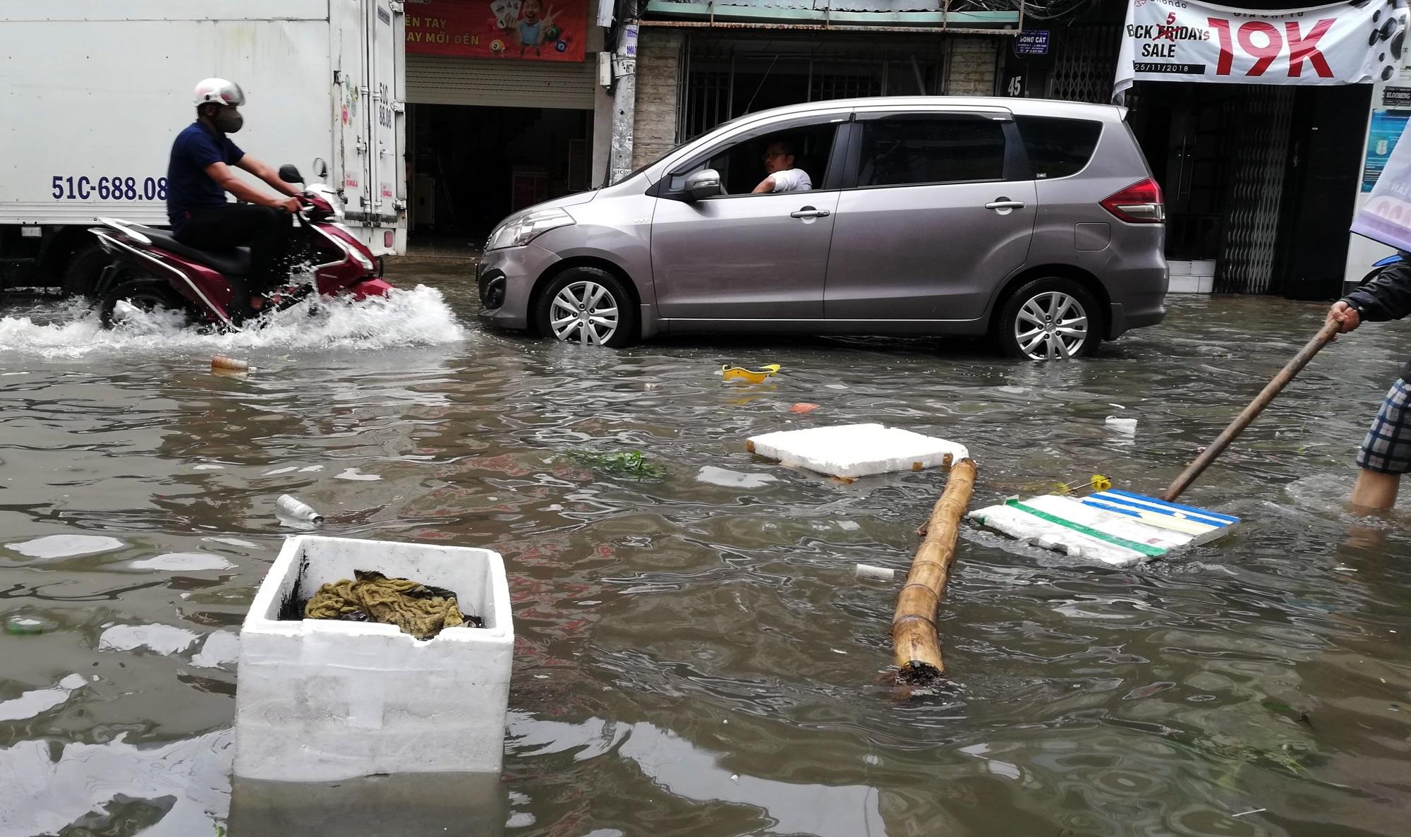 Sau một đêm tơi tả trong bão lịch sử, người Sài Gòn tiếp tục thở không ra hơi vì ngập nước kẹt xe nhiều giờ - Ảnh 15