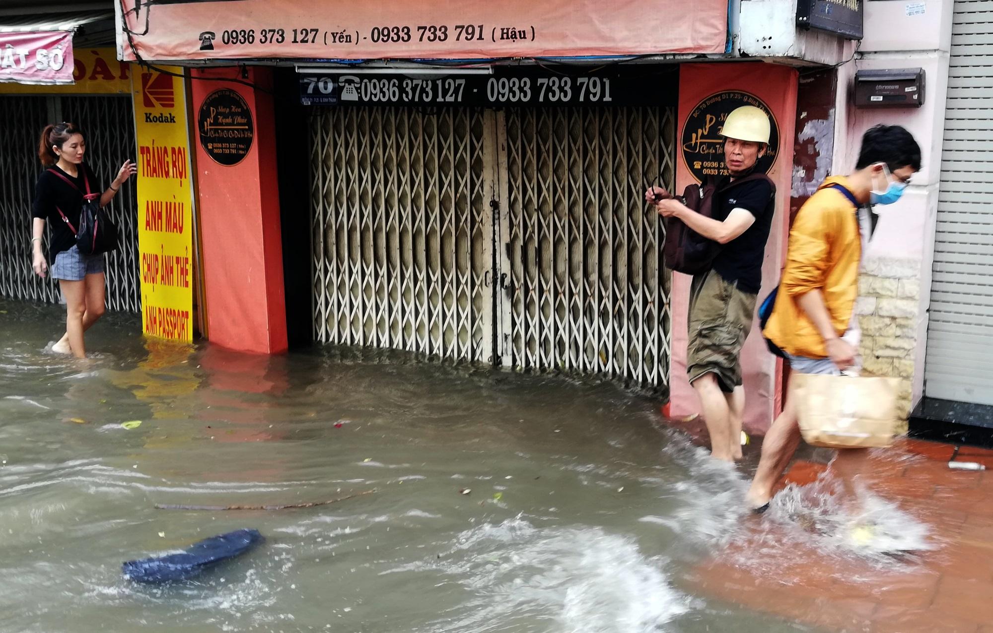Sau một đêm tơi tả trong bão lịch sử, người Sài Gòn tiếp tục thở không ra hơi vì ngập nước kẹt xe nhiều giờ - Ảnh 17
