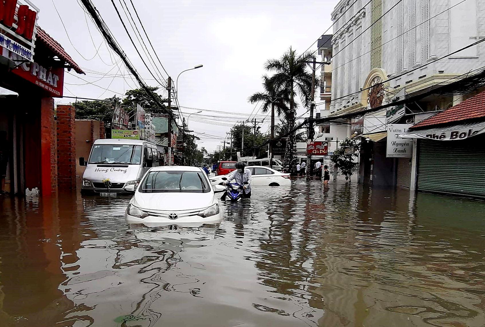 Sau một đêm tơi tả trong bão lịch sử, người Sài Gòn tiếp tục thở không ra hơi vì ngập nước kẹt xe nhiều giờ - Ảnh 6