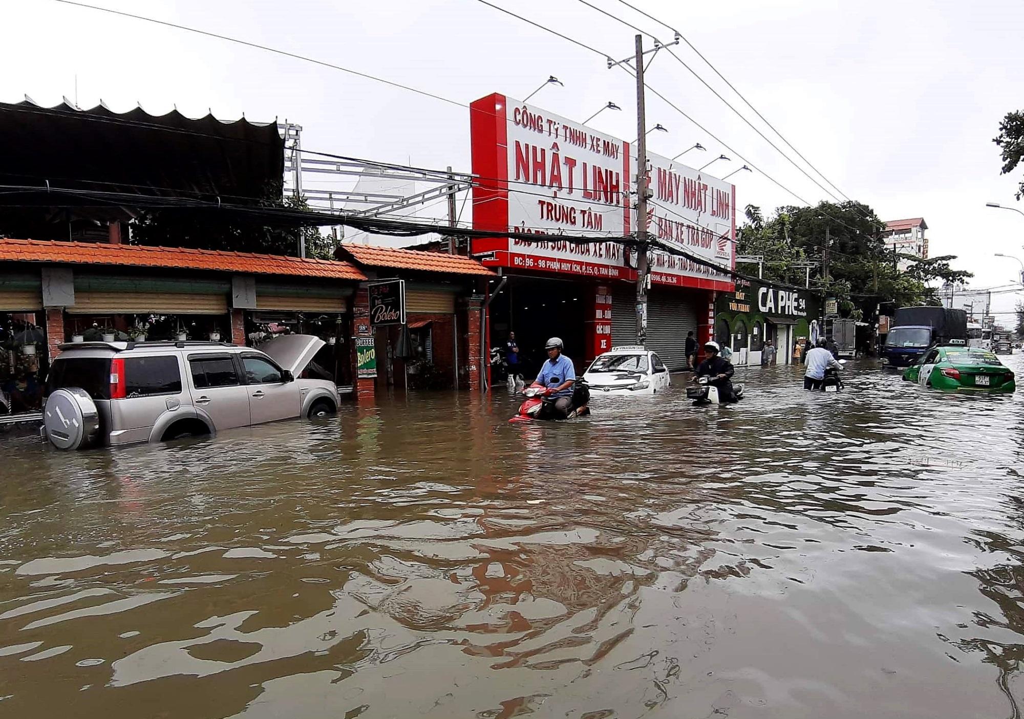 Sau một đêm tơi tả trong bão lịch sử, người Sài Gòn tiếp tục thở không ra hơi vì ngập nước kẹt xe nhiều giờ - Ảnh 7