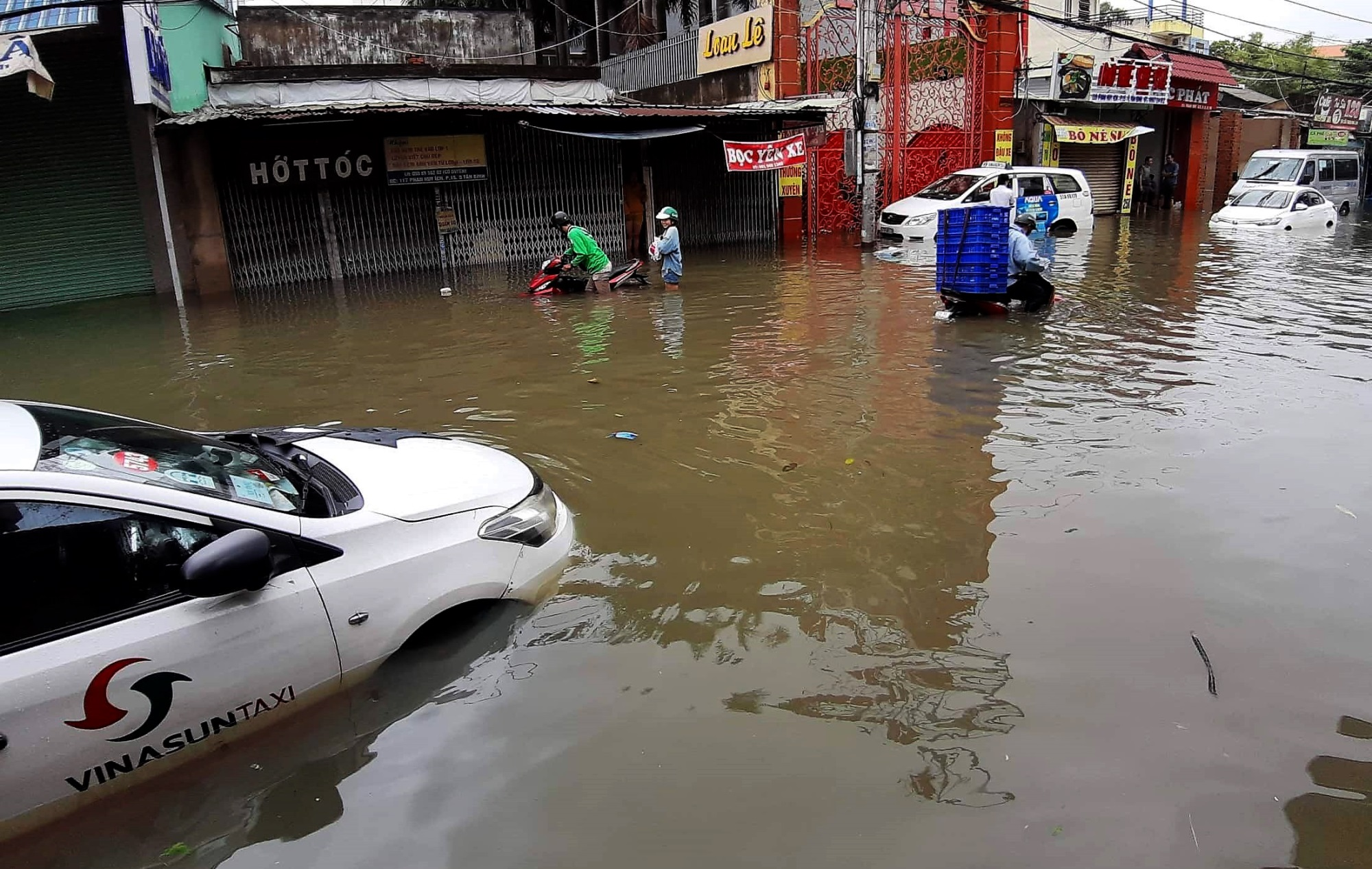 Sau một đêm tơi tả trong bão lịch sử, người Sài Gòn tiếp tục thở không ra hơi vì ngập nước kẹt xe nhiều giờ - Ảnh 8