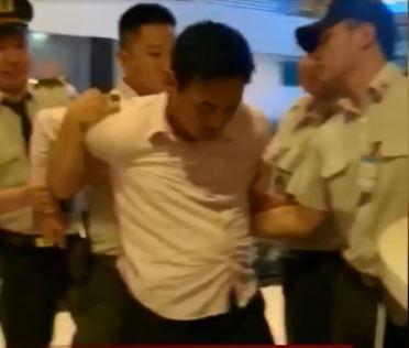 Định tấn công nhân viên hàng không ở sân bay Tân Sơn Nhất, nam hành khách lập tức bị an ninh khóa tay  - Ảnh 2