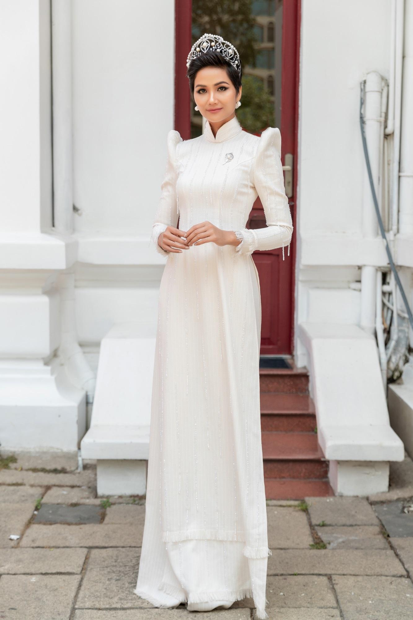 H'hen Niê diện áo dài trắng thanh lịch quảng bá quốc tế trong lễ hội áo dài TP.HCM - Ảnh 1