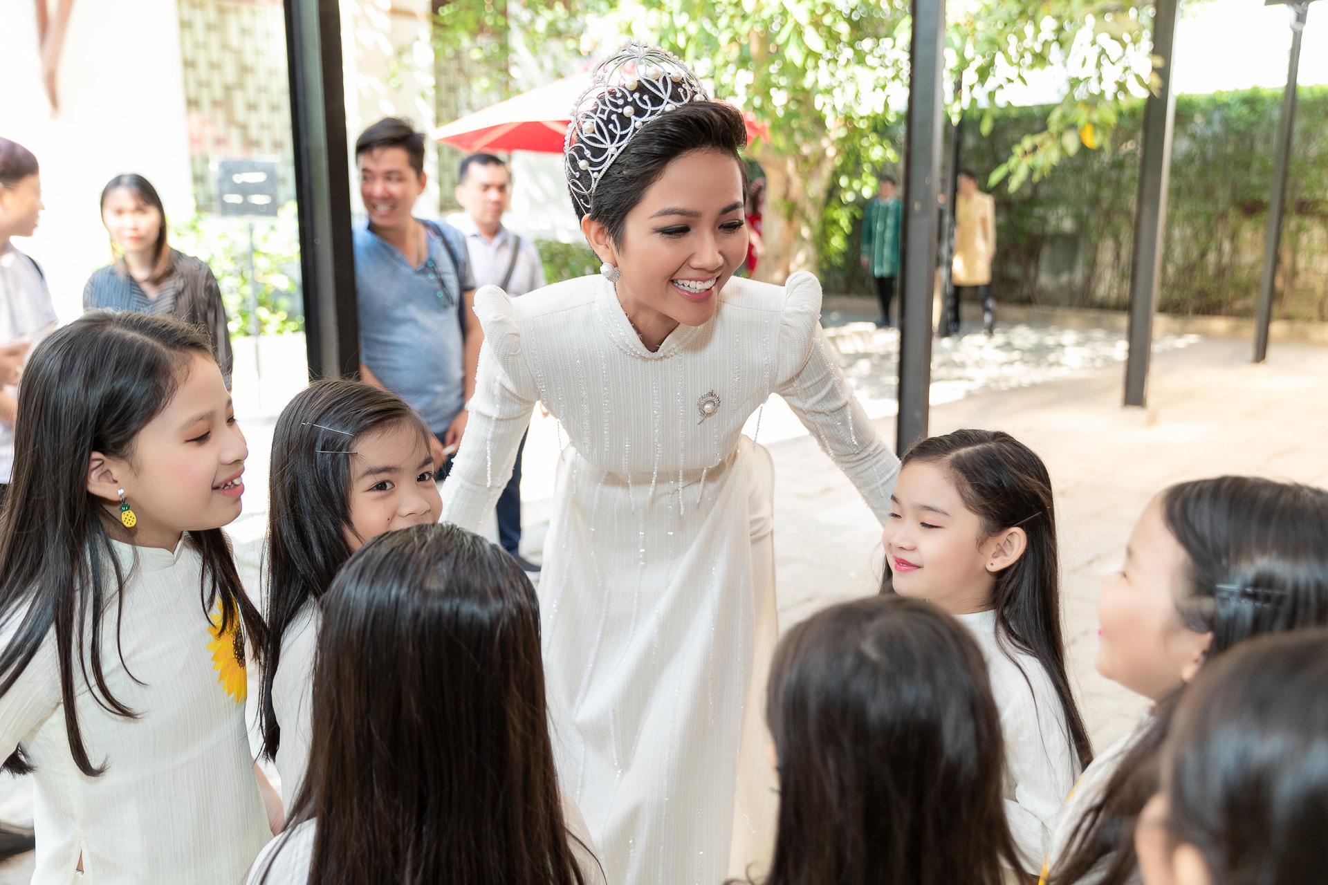 H'hen Niê diện áo dài trắng thanh lịch quảng bá quốc tế trong lễ hội áo dài TP.HCM - Ảnh 2