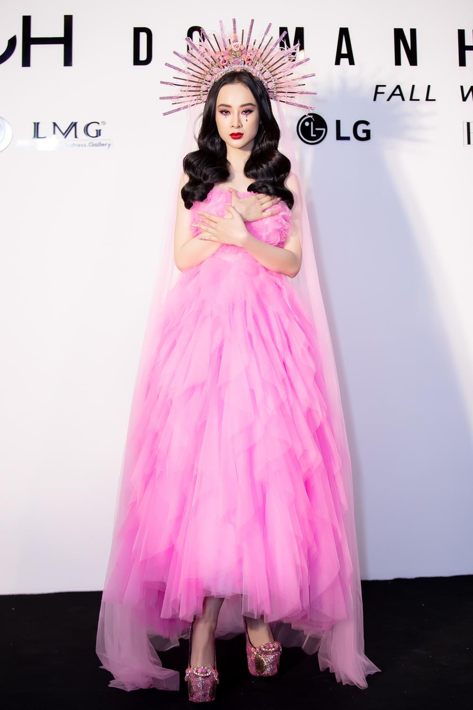 Angela Phương Trinh đầy mê hoặc với gam hồng thời thượng dự show thời trang - Ảnh 6