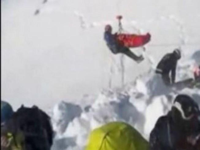 Bị tuyết lở vùi lấp suốt 40 phút, bé trai 12 tuổi vẫn sống sót kì diệu - Ảnh 1