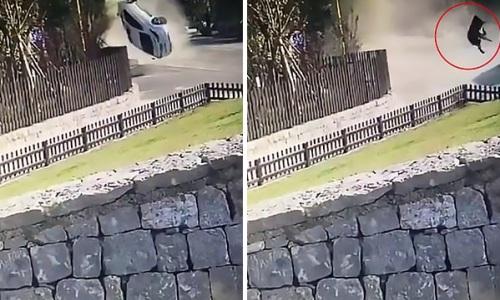 Tai nạn kinh hoàng khiến người người phụ nữ văng ra khỏi xe.