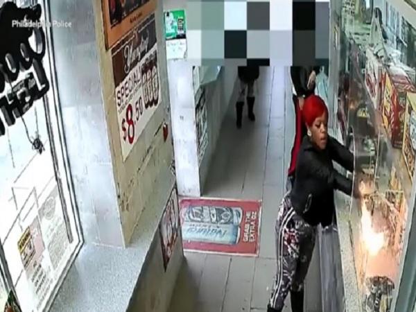 Người phụ nữ dùng keo xịt tóc và bật lửa đốt cửa hàng.