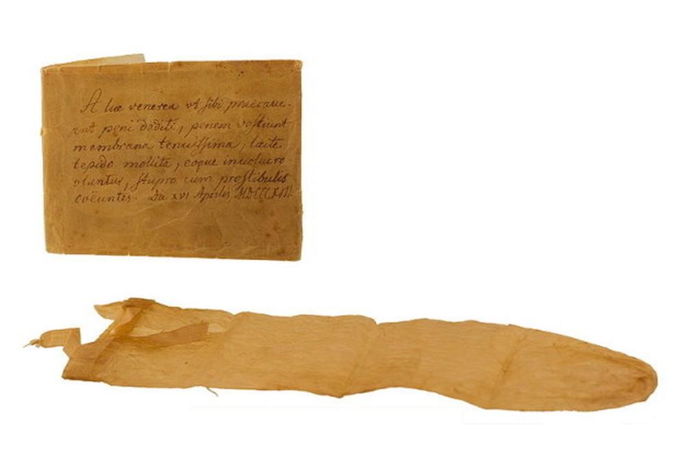 Một trong những vật có hình dạng giống bao cao su đầu tiên trong lịch sử