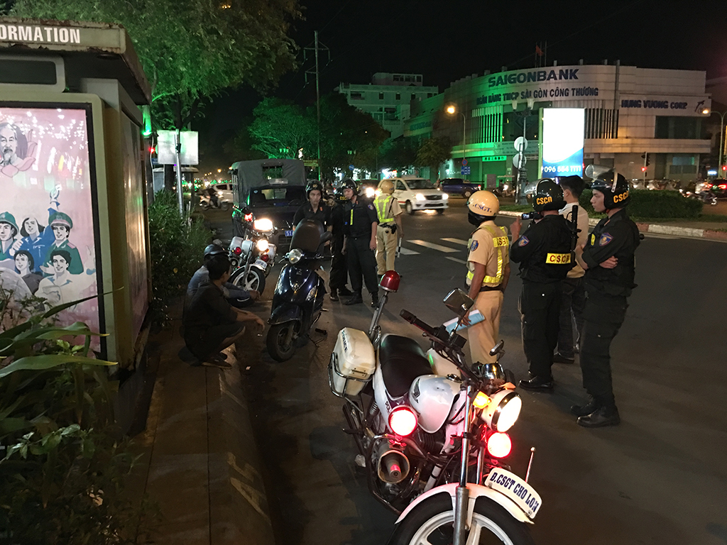 Lực lượng 363 của Sài Gòn ra quân, phát hiện nhiều người mang hung khí nghi đòi nợ thuê - Ảnh 1