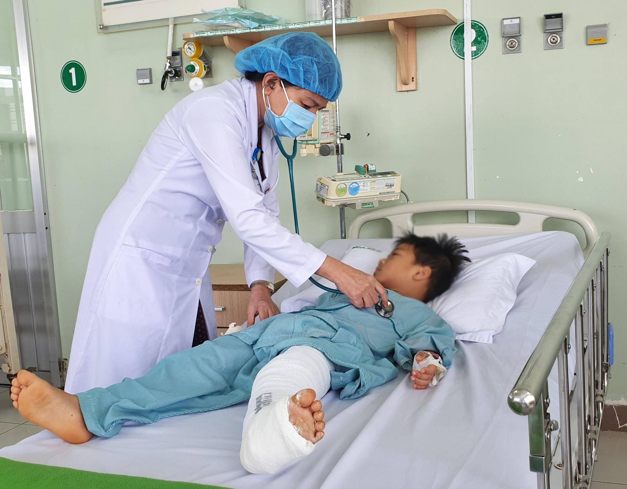 Bé trai 6 tuổi bị gãy xương đùi vì kiệu đựng nước trong nhà bị vỡ - Ảnh 1