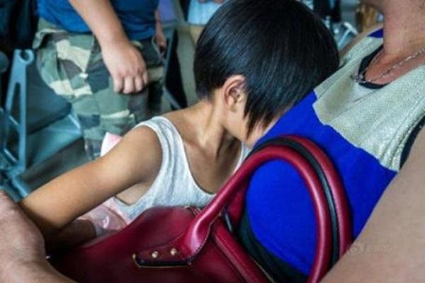 Phụ huynh 'nựng thân mật' nữ sinh lớp 4 bị khởi tố - Ảnh 1