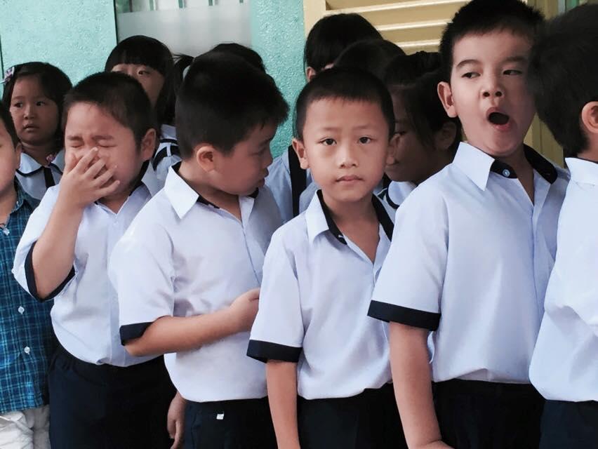 Chùm ảnh hài hước: Các em nhỏ khóc mếu, ngáp ngủ trong ngày khai giảng - Ảnh 3