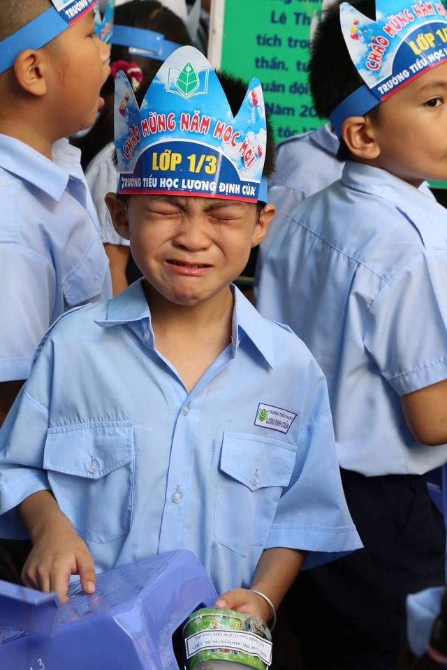 Chùm ảnh hài hước: Các em nhỏ khóc mếu, ngáp ngủ trong ngày khai giảng - Ảnh 5