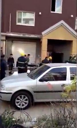 Cảnh sát sau đó có mặt tại hiện trường giải cứu hai mẹ con