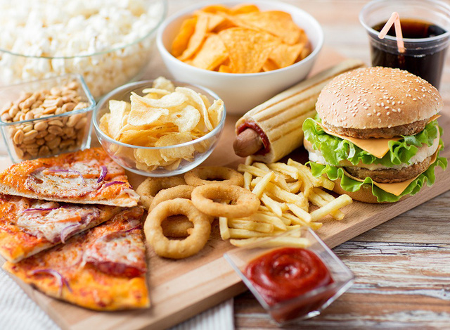 Nguồn năng lượng, tinh bột cùng các chất béo trong các món ăn nhanh sẽ tích tụ và gây ra mỡ bụng