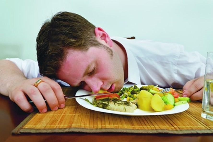 Nằm ngay sau bữa ăn là thói quen xấu, vừa có hại cho hệ tiêu hóa vừa khiến các mô mỡ ở bụng thêm phì nhiêu