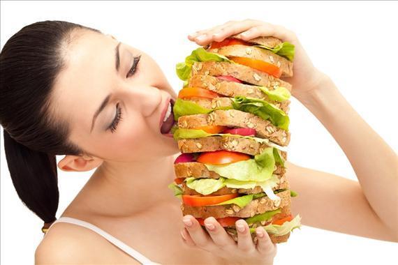 Thói quen ăn uống không kiểm soát là nguyên nhân gây ra tình trạng thừa cân, béo phì ở người trẻ