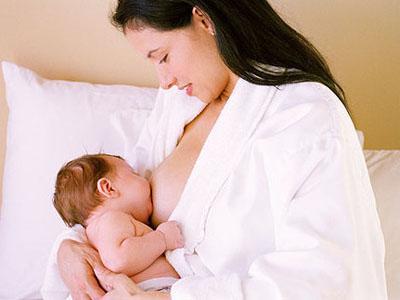 Cho trẻ bú sữa mẹ đầy đủ - Ảnh minh họa: Internet