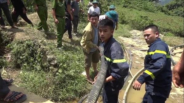 Đang giải cứu nạn nhân mắc kẹt trong hang sâu 40m ở Lào Cai: Có mùi tử khí - Ảnh 2