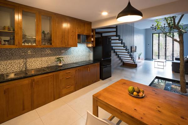 Bếp và bàn ăn nằm đối diện nhau.