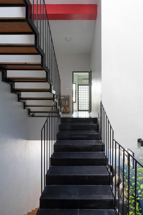 Tầng 2 gồm 2 phòng ngủ với khu vực công trình phụ nằm ở giữa, ngay cạnh cầu thang.