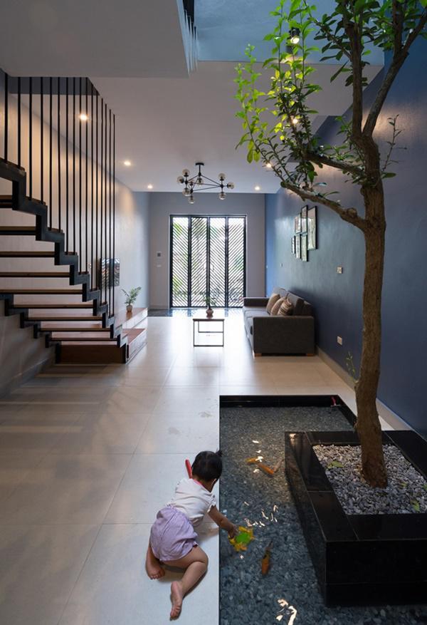 Ngôi nhà được xây theo kiến trúc nhà ống điển hình của Việt Nam với cầu thang nằm ở vị trí trung tâm.