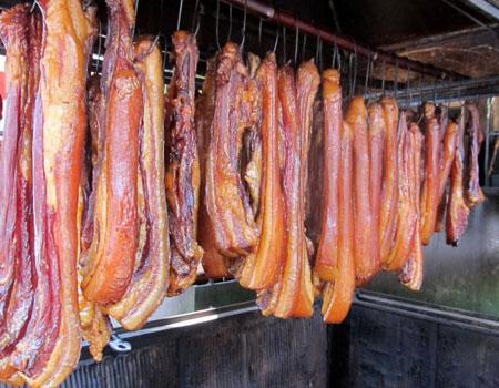 Thực phẩm hun khói và muối chua chứa lượng lớnhydrocacbon đa vòng và benzopyrene - một chất gây ung thư mạnh