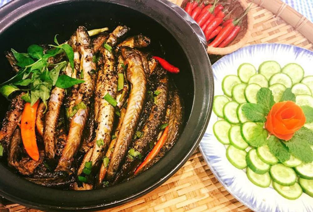 Món ăn có sự hấp dẫn bởi cá kèo chắc thịt, đậm đà, cay xé, thơm lừng hương rau răm, hành lá, tiêu xay khiến cả nhà mê đắm