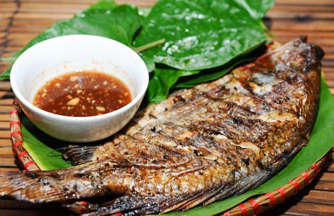 Chia cá diếc nướng lá chè non thành nhiều phần để ăn dần trong ngày. Người tiểu đường nên ăn cá diếc nướng lá chè non thường xuyên để ổn định đường huyết