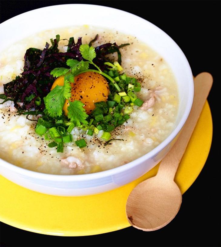 Thưởng thức tô cháo trứng hành lá, tía tô bổ dưỡng sẽ giúp bạn vừa ấm bụng, vừa