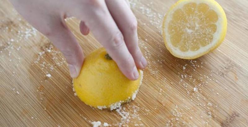 Hãy dùng vỏ chanh chà xát lên bề mặt thớt rồi rửa lại với nước. Không chỉ sạch bóng, mới toanh, thớt của bạn còn có mùi thơm dịu nhẹ từ chanh