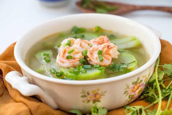 Canh bầu nấu tép tươi được chế biến đơn giản, ít tốn kém mà mang lại hương vị ngọt lừ cho bữa cơm gia đình