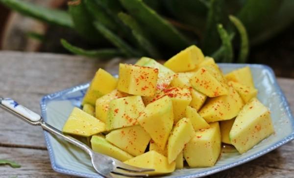 Xoài lắc với độ giòn đặc trưng và có đủ 4 vị: chua - cay - mặn - ngọt là một trong những món ăn vặt được yêu thích