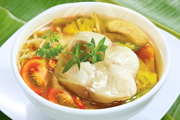 Khi ăn, gắp cá ra đĩa, rưới nước mắm dằm ớt lên trên, thưởng thức cùng cơm trắng. Canh chua cá lóc với tính mát, là món ăn vừa bổ dưỡng vừa giải nhiệt khi thời tiết nắng nóng