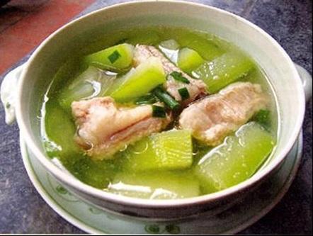 Canh thịt vịt hầm bí xanh là món ăn giàu dinh dưỡng, thanh mát, giải thiệt. Đây còn là phương thuốc chữa được nhiều căn bệnh hiệu quả