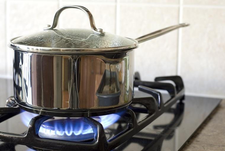 Chỉ cần cho một ít giấm vào và nấu sôi khoảng 30 phút là các vết cháy sẽ bị bong ra
