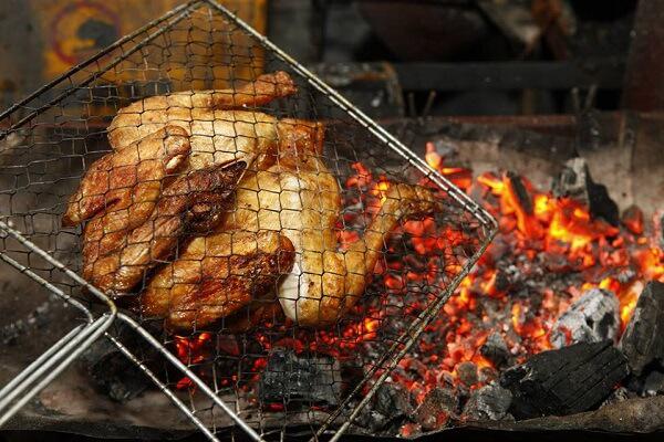 Trong khi nướng, nên quạt đều tay để giữ lửa. Đồng thời, lật gà thường xuyên và quết nước sốt vào để món ăn được chín đều và thấm đẫm gia vị